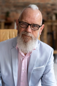 Portrait d'homme senior élégant