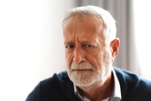 Portrait d'un homme senior souriant et souriant, regardant la caméra
