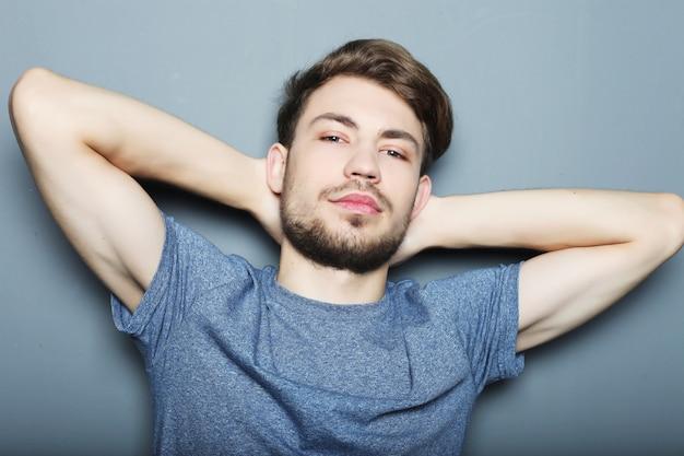 Portrait d'un homme sexy sur gris
