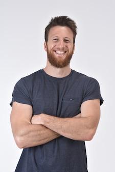 Portrait d'un homme souriant avec les bras croisés sur blanc
