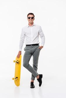 Portrait d'un homme souriant dans une chemise blanche