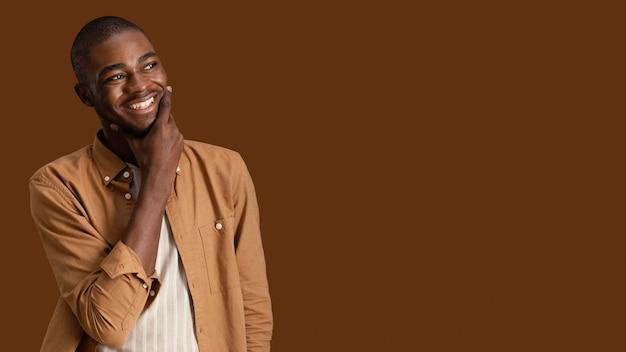 Portrait d'homme souriant avec espace copie