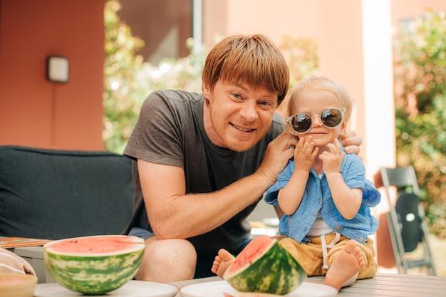 Portrait d'un homme souriant avec une petite fille mignonne