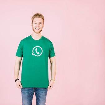 Portrait d'un homme souriant en t-shirt vert whatsapp