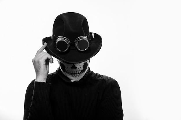 Portrait d'un homme steampunk dans le squelette de chapeau et masque isolé