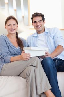 Portrait d'un homme surprenant son fiancé avec un cadeau