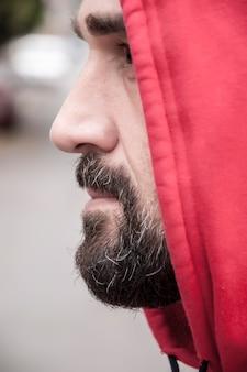 Portrait d'homme en sweat à capuche