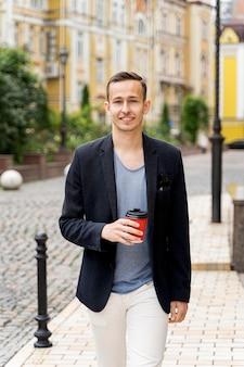 Portrait homme avec une tasse de café