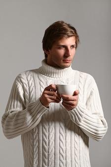Portrait d'homme tenant une tasse de café