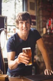 Portrait d'homme tenant un verre de bière