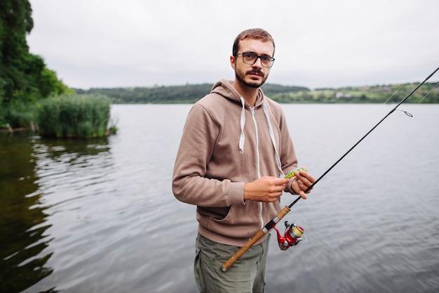 Portrait, de, homme, tenue, canne à pêche, et, leurre