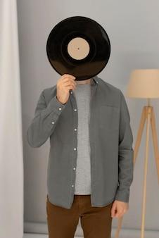Portrait, homme, tenue, vinyle
