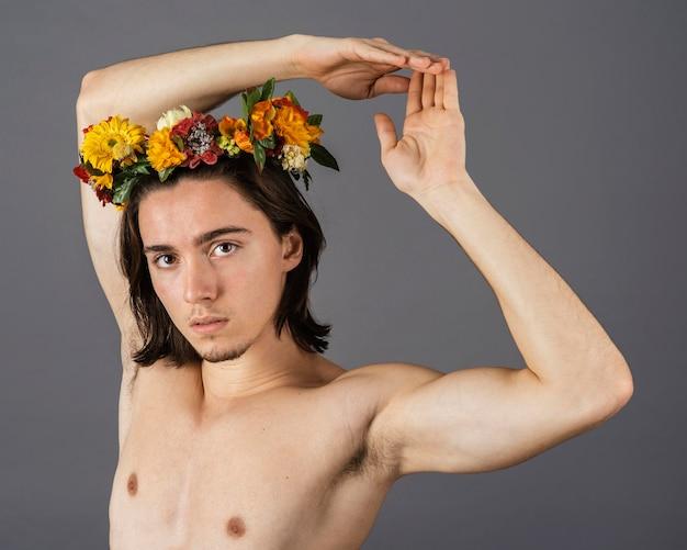 Portrait d'homme torse nu avec couronne de fleurs