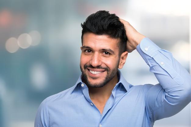 Portrait d'un homme touchant ses cheveux