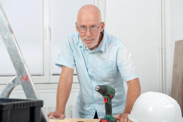 Portrait d'homme à tout faire mature, bricolage à la maison
