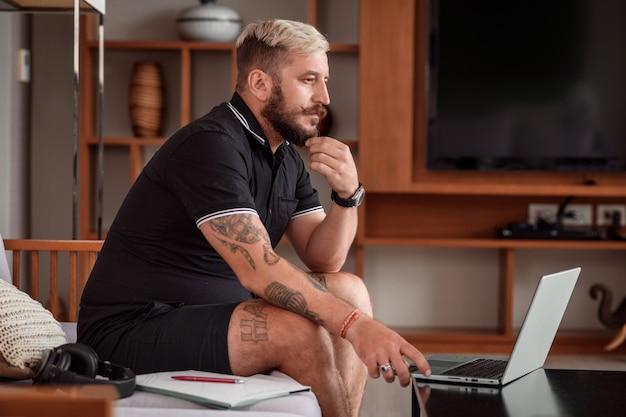 Portrait homme travaillant à domicile