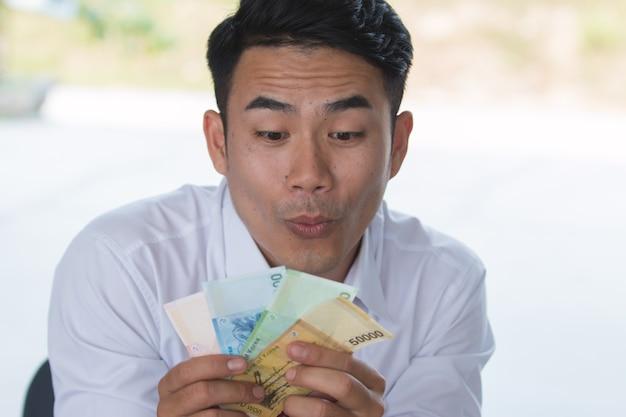 Portrait d'un homme très excité avec de l'argent