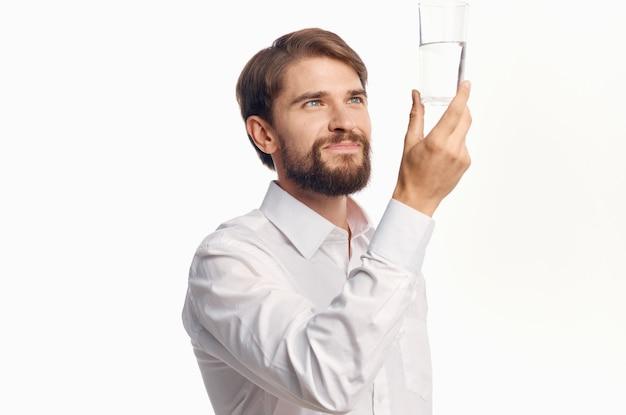 Portrait d'un homme avec un verre d'eau transparente boisson mode de vie sain
