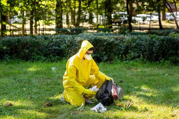 Portrait d'un homme vêtu d'une combinaison de protection jaune et d'un masque.