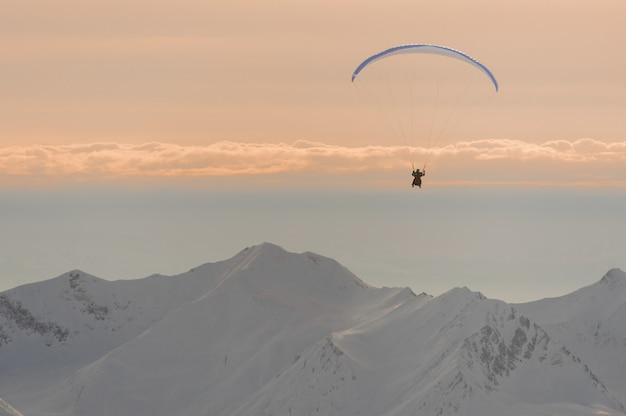 Portrait d'un homme volant sur un parachute