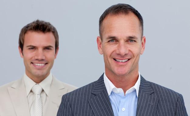 Portrait d'hommes d'affaires confiants avec les bras croisés