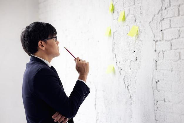 Portrait d'hommes d'affaires post-it wall brick, creative employé travaillant au bureau