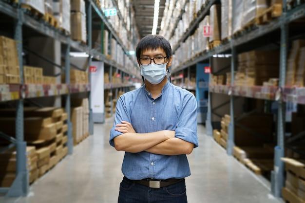 Portrait d'hommes asiatiques, personnel, comptage de produits gestionnaire de contrôle d'entrepôt permanent,