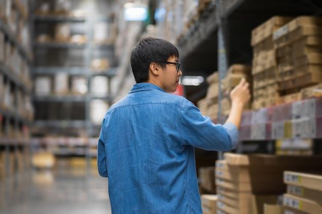 Portrait hommes asiatiques, personnel, comptage de produits responsable du contrôle des entrepôts