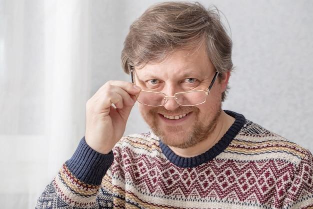 Portrait d'hommes à lunettes avec barbe