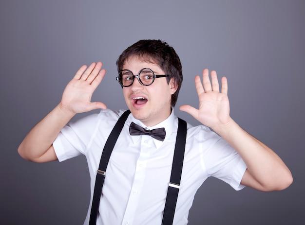 Portrait d'hommes de la mode drôle en jarretelle avec noeud papillon et lunettes.