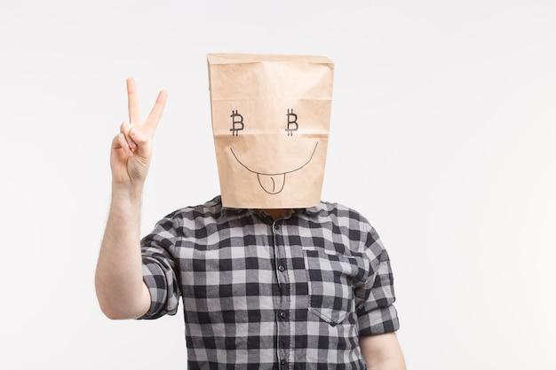 Portrait d'hommes portant un masque en papier drôle avec les pouces vers le haut