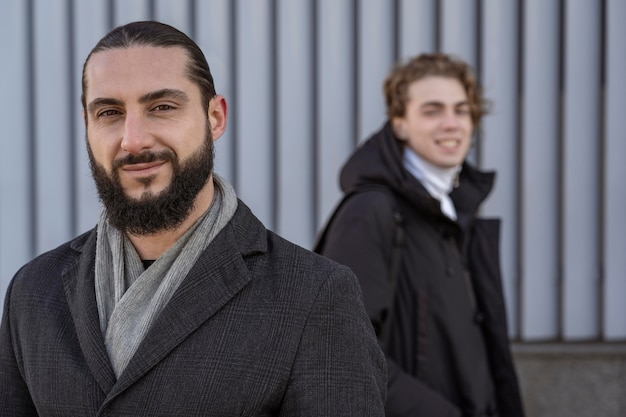 Portrait d'hommes smiley posant à l'extérieur