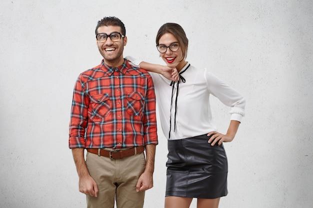 Portrait horizontal de la belle femme dans des lunettes élégantes, des vêtements, porte du rouge à lèvres,