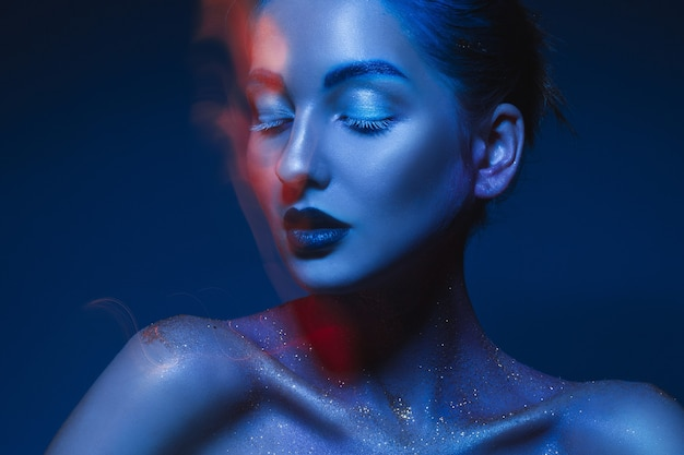 Portrait horizontal de femme sensuelle en art corporel bleu