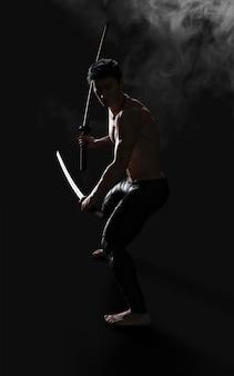 Portrait humain d'un beau guerrier ancien musclé avec une épée avec un tracé de détourage
