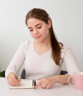 Portrait, indépendant, femme, écriture, agenda