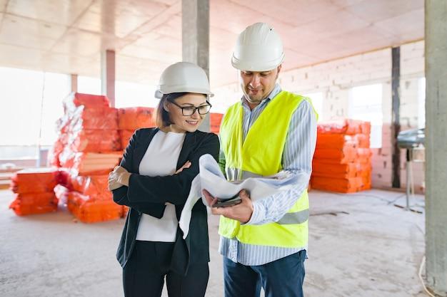 Portrait industriel d'ingénieurs masculins et féminins dans la construction d'un bâtiment administratif commercial