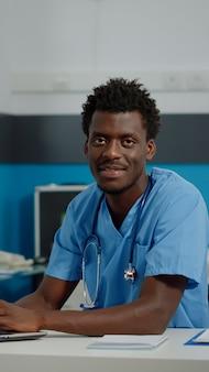 Portrait d'infirmier avec uniforme et stéthoscope