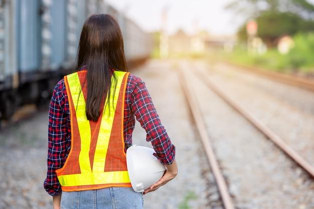 Portrait de l'ingénierie vue arrière avec casque. entrepreneur sur fond de gares modernes en plein air.