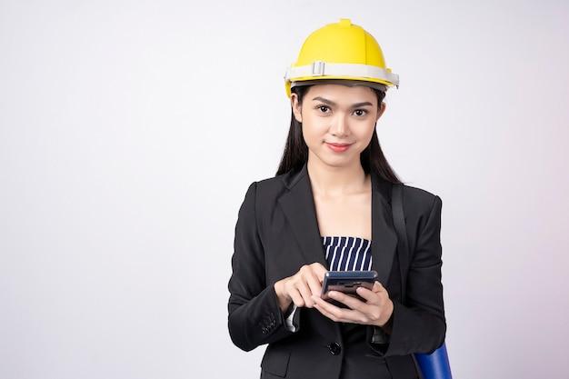 Portrait, de, ingénieur, femme, utilisation, mobile, à, sourire