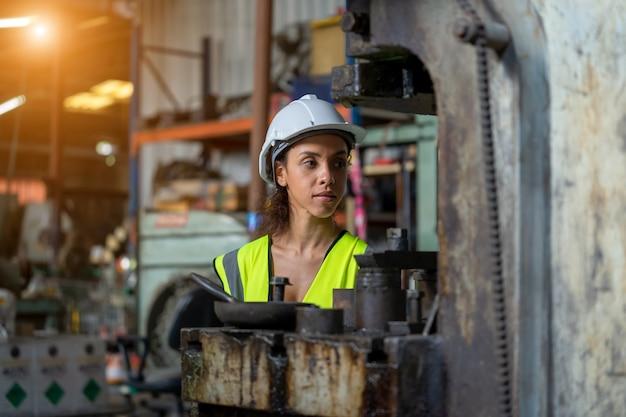 Portrait d'ingénieur industriel travaillant dans une usine.