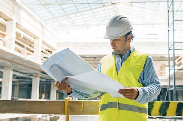 Portrait, ingénieur, mâle, chantier