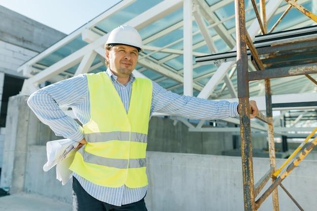 Portrait de l'ingénieur mâle sur chantier.