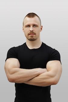 Portrait de l'instructeur de conditionnement physique avec les bras croisés