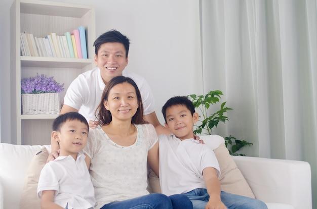 Portrait intérieur, de, asiatique, métisse, famille