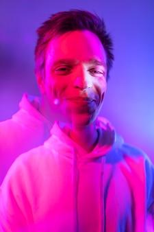 Portrait intérieur de bel homme dans un style vaporwave