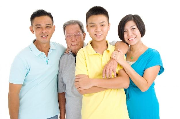Portrait intérieur de la belle famille asiatique 3 générations sur fond blanc