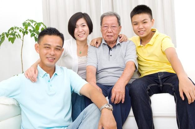 Portrait intérieur d'une belle famille asiatique de 3 générations