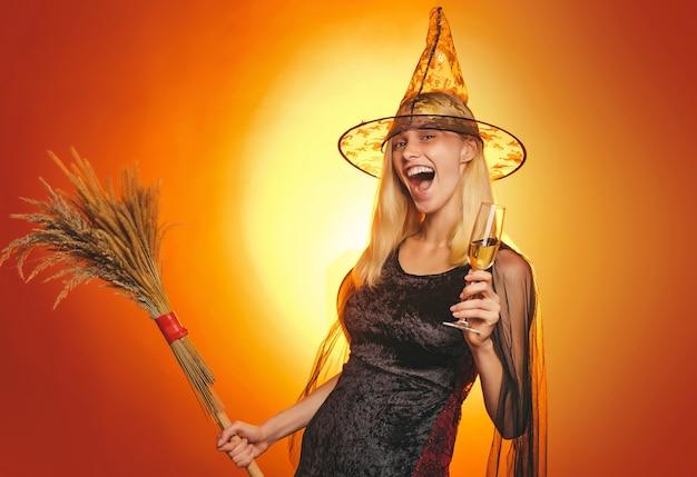 Portrait intérieur de jolie jeune sorcière à la fête d'halloween