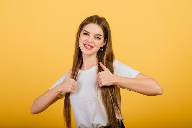 Portrait isolé de femme heureuse a le sourire à pleines dents